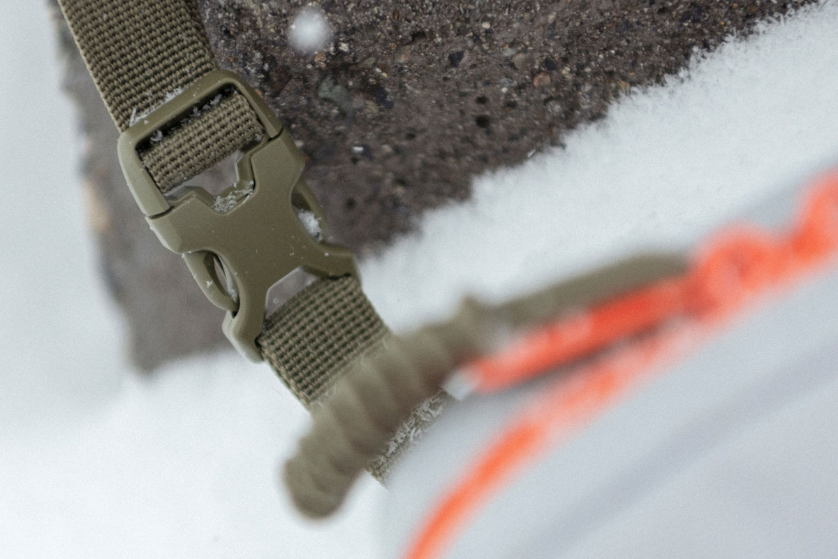 detail close up shot of the adjustable clip-fastened strap