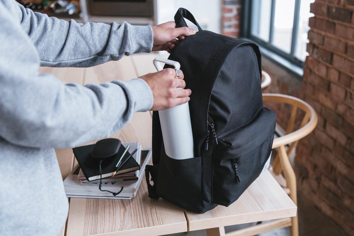 Deux poches latérales permettent d'accéder facilement à des bouteilles d'eau et à d'autres objets essentiels