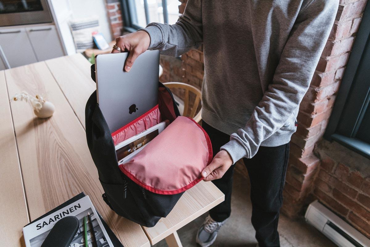 La housse d'ordinateur permet de séparer votre appareil de vos autres effets personnels dans le sac.