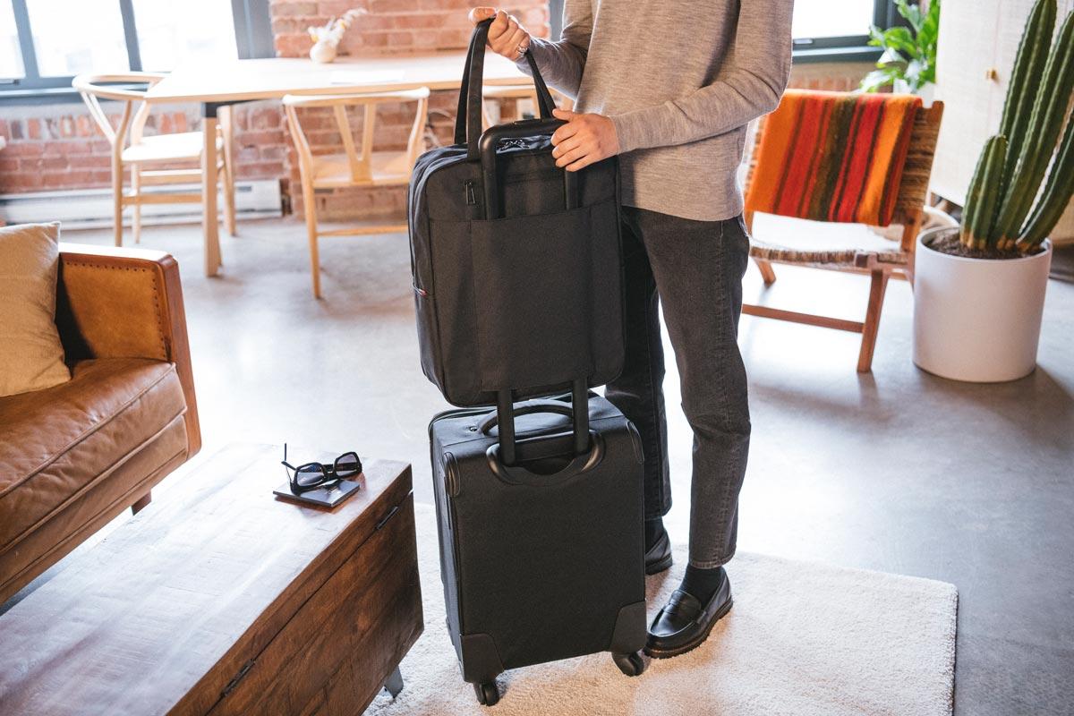 Poche arrière zippée pouvant se transformer en passant pour le fixer à une valise